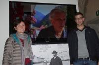 L'assessore ai lavori pubblici Erica Beber e il sindaco Lorenzo Galletti di Terragnolo con il video dell'intervista a Onorina Turle, profuga a Mitterndorf di Terragnolo